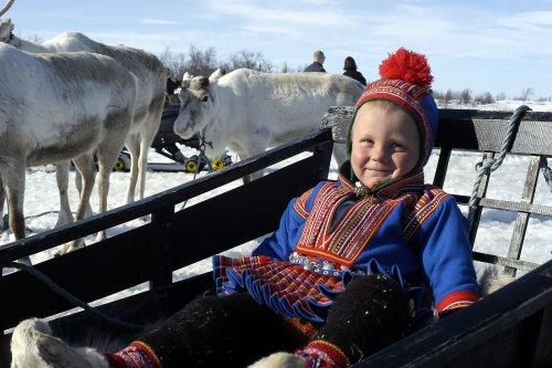 De kleurrijke klederdracht wordt met trots gedragen, ook door de jongere generatie. Foto: Joern Tomter www.nordnorge.com