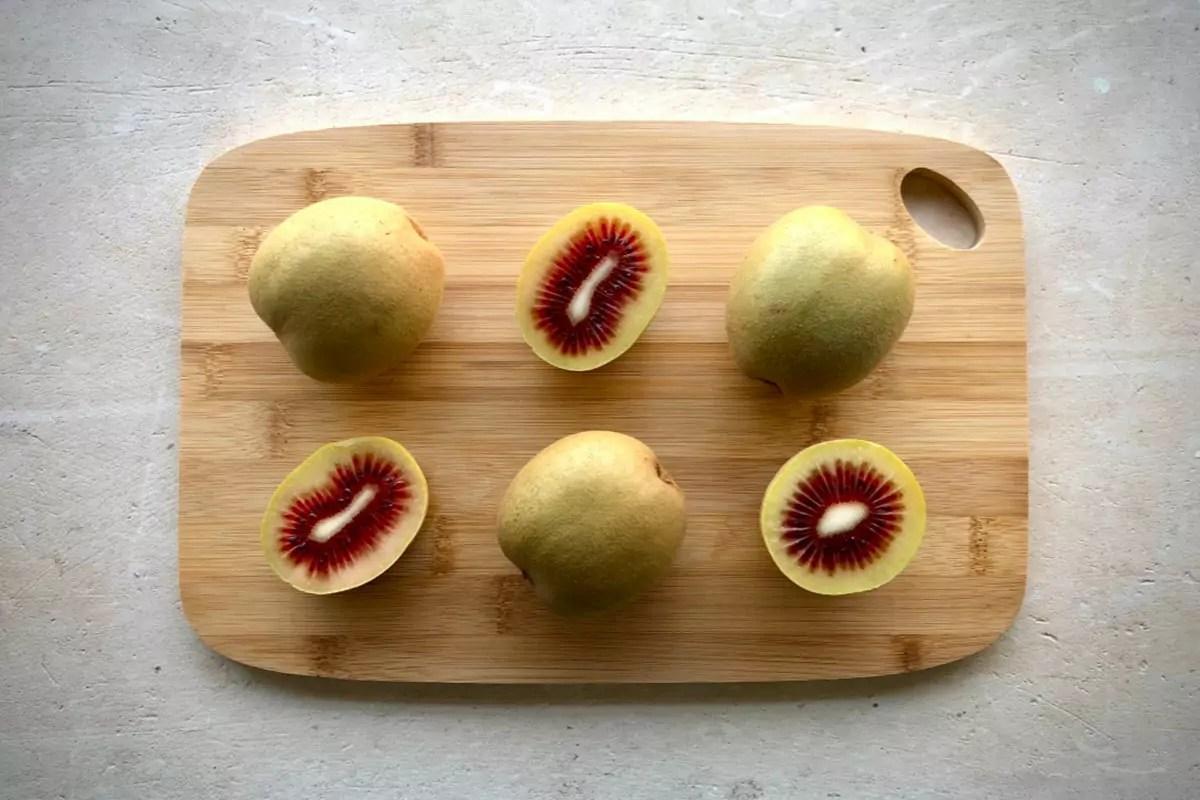 Kiwi-rosso-Cina-Rossy-tagliato-copy-Fm