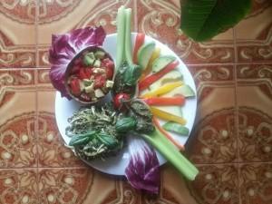 Spaghetti di zucchina al pesto trifoglie ed insalatina fruttariana in coppette di avocado