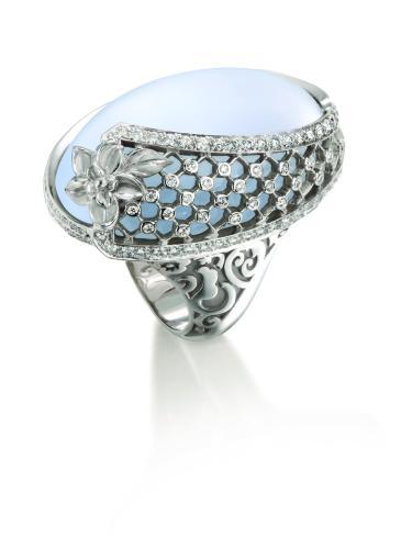 DA13600_022704_-_Sierpes_maxi_ring_in_white_gold,_chalcedony_and_diamonds.jpg_cmyk