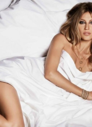 gisele-bundchen-bed-vivara-jewelry-2015-ads02
