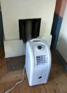 Men utblåset från luftkonditioneringen in i eldstaden kommer den gamla rörspisen till god användning även så här års.