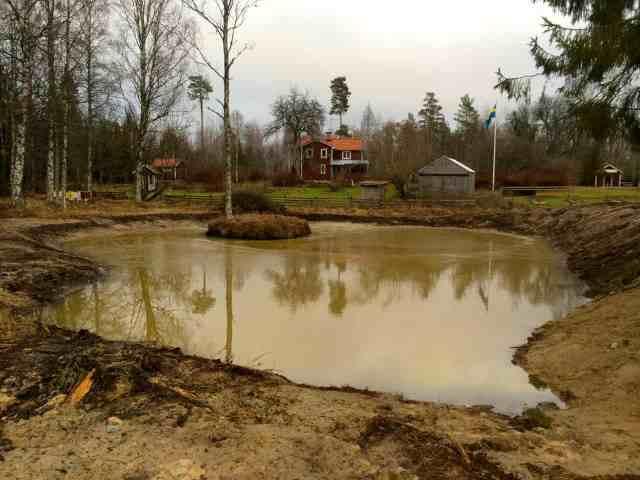 Lake Larslund - blev precis lika fins som jag tänkte mig.  Hoppas vattnet klarnar till våren och att vattennivån håller sig. Steg ett blir att planera in växter.