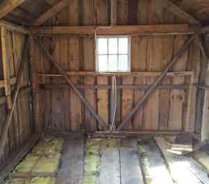 Masoniten är borta från väggarna och det är synd att vi inte kan hålla de vackra plankorna från då huset synliga. Nu ska det upp isolering på insidan.