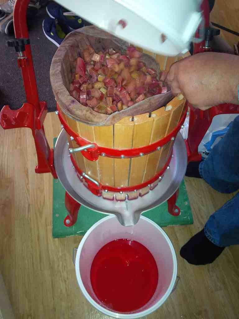 Med en frukt/äppelpress kan man göra en fantastiskt god kallpressad rabarbersaft. Det fungerar också med en råsaftcentrifug.