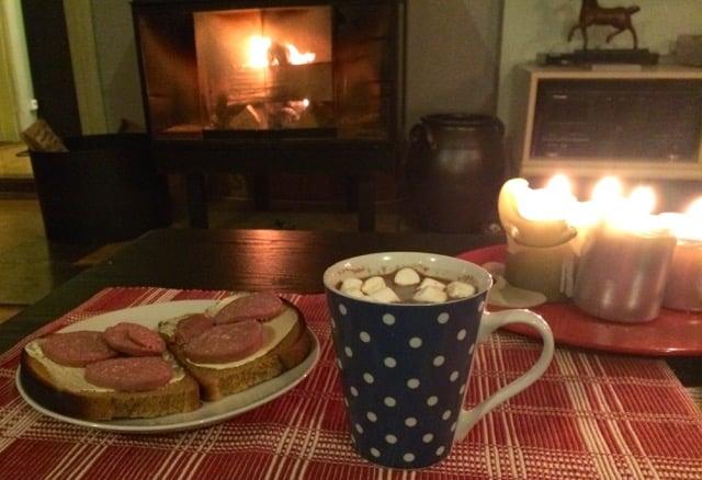 Mellanmål för frostiga vinternätter. Het choklad och korvmacka. För er som är av vegetarisk övertygelse finns det säkert alternativa pålägg. Den som har goda ögon kanske lägger märke till att jag har marshmallows i chokladen. testade den här amerikanska varianten – men i fortsättningen blir det vispgrädde.