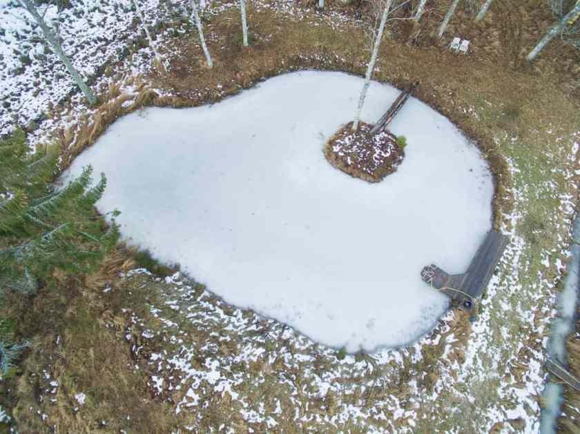 Under någon månad var dammen helt igenfrusen den här vintern eftersom jag inte kunde köra pumparna.