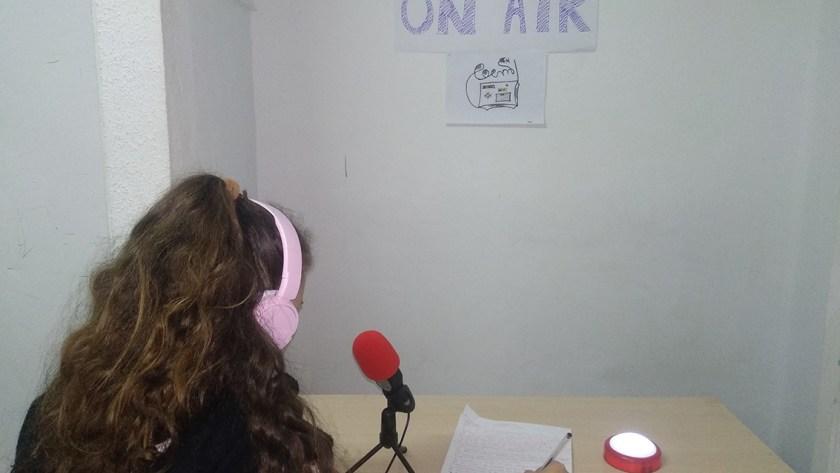 """Els menors del Centre Terapèutic """"Vall de Cayón"""" prenen els micròfons i es converteixen en locutors en un taller de ràdio"""