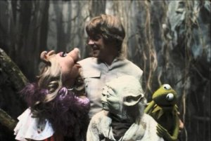 a-rare-image-from-the-pigs-in-space-star-wars-crossover-episode-and-a-bemused-yoda