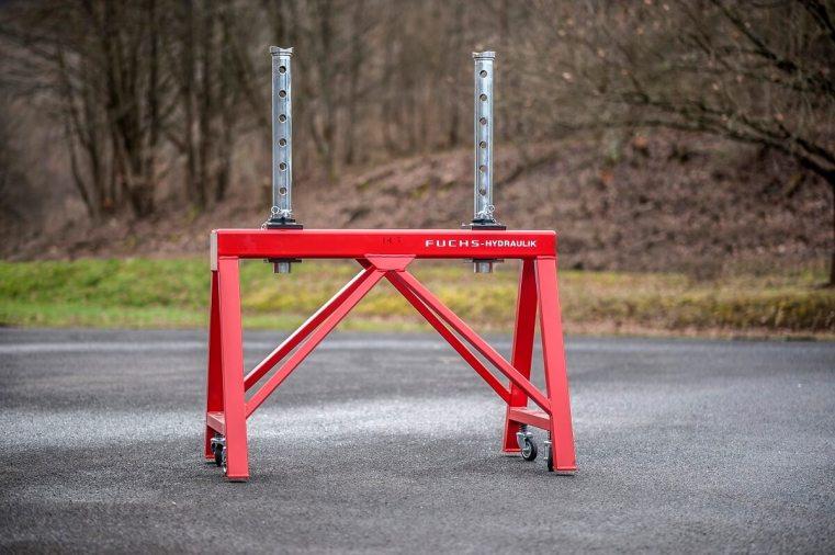 Doppel-Unterstellbock mit 14000kg Tragkraft und Rasterverstellung (650mm). Die Grundbauhöhe beträgt 1090mm und die Gesamtbreite 1430mm (Typ: DUB-N-R 14 / Art. Nr.: 8.752.000)