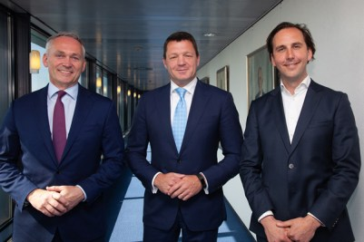 Left to right: Bram Gräber, CEO of SHV Energy, Pieter Elbers, KLM President and CEO, Maarten van Dijk, Executive Director of SkyNRG. Photo courtesy of SkyNRG.