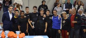 El Ilustración CF, segundos en el torneo de futbol sala, posan con el concejal y consejero técnico del distrito.