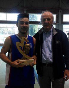 El campeón del EB Barrio del Pilar recibe el trofeo de campeón./ FBM