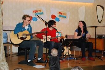Mit Gastgitarrist Leon Böhm und neugierigem Zuschauer