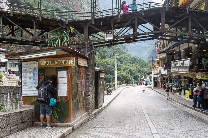 Quiosque de venda de bilhetes de ônibus Águas Calientes para Machu Picchu