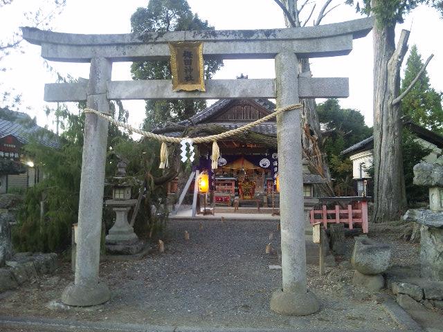 お祭りの準備中の梅田神社