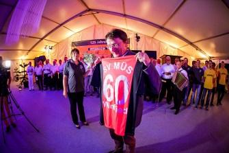 Ehrenmitglied des SV Germania Müs: Winfried Müller erhielt von der Vorsitzenden des Sportvereins, Bettina Becker (links) ein Trikot.