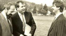 Das Schwarz-Weiß-Foto vom 25.9.1991 zeigt den gerade mit dem Hubschrauber auf dem Sportplatz Kaltensundheim gelandeten damaligen Bundesumweltminister Klaus Töpfer (Mitte) im Gespräch mit Karl-Friedrich Abe (rechts im Bild).