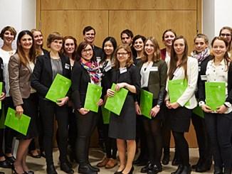 Die Deutschlandstipendiatinnen und -stipendiaten der Hochschule Fulda. Die meisten von ihnen engagieren sich ehrenamtlich für gesellschaftliche Belange.