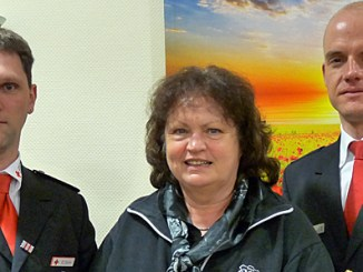 Kornelia Grewe zwischen Bereitschaftsleiter Daniel Jahn und dem Vorsitzenden Johannes Rippert