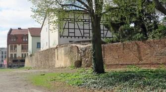 Auf der Suche nach Resten eines alten Stadtturms