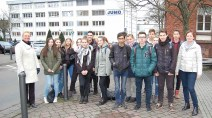 Die Gruppe der Konrad-Adenauer-Schule vor dem JUMO-Werksgelände.