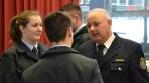 Erwin Baumann, Direktor der Hessischen Landesfeuerwehrschule im Gespräch mit zwei Lehrgangsteilnehmern.