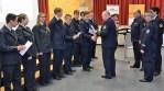 Erwin Baumann, Direktor der Hessischen Landesfeuerwehrschule vergibt die Urkunden an die Teilnehmer des 200. Sprechfunklehrgangs.