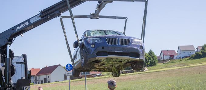 BMW erfasst zwei E-Biker auf Landstraße