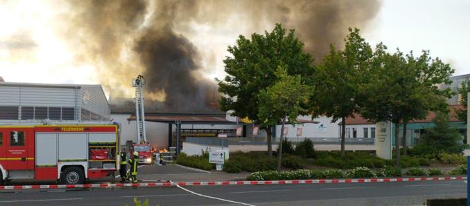 Hünfeld: Warenzentrallager steht in Flammen