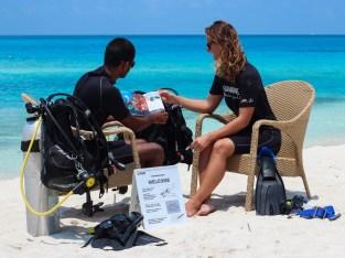 padi instructor teaching student discover scuba