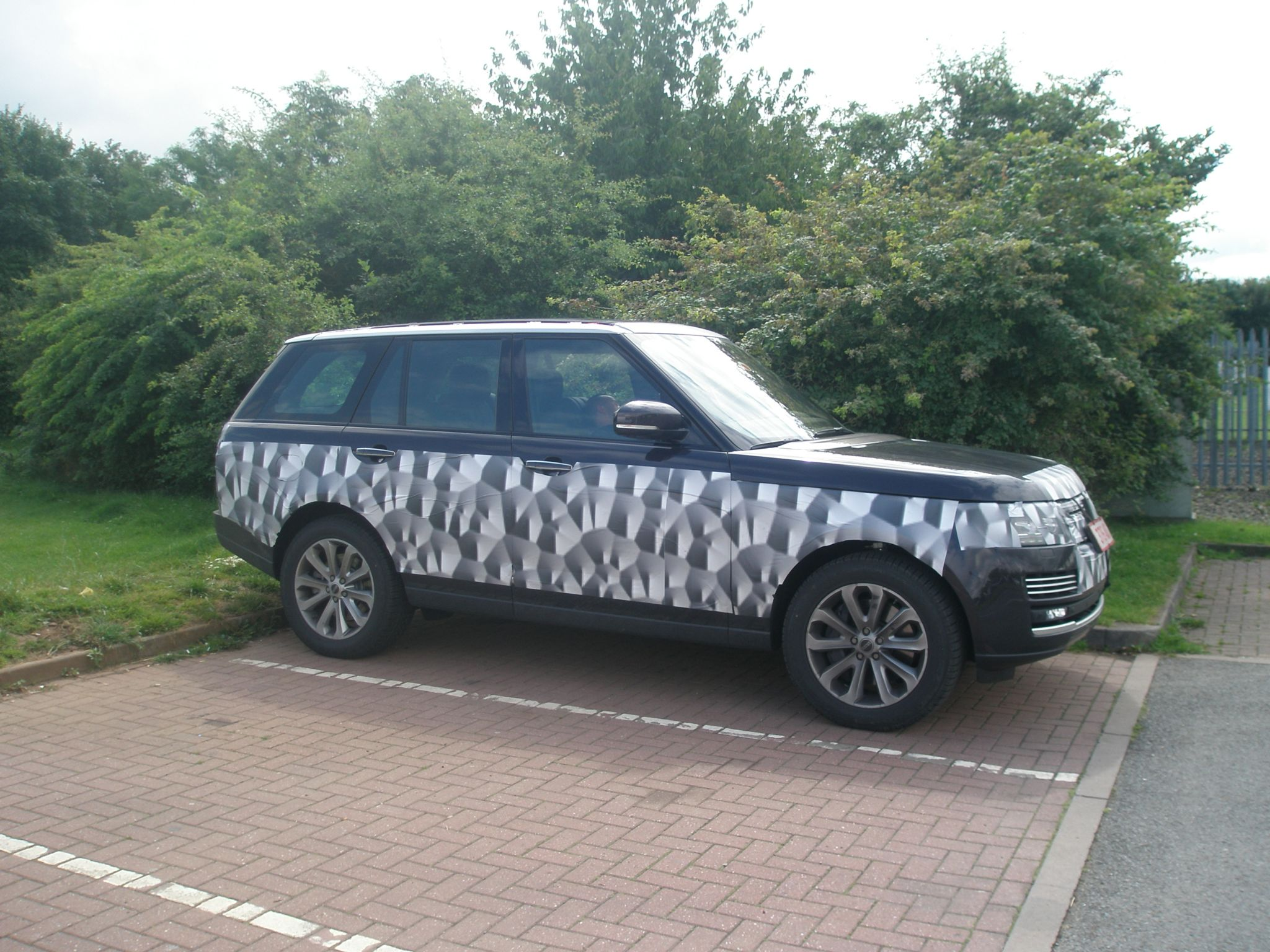Best shot of the 2013 Range Rover yet Very little camo Page 6