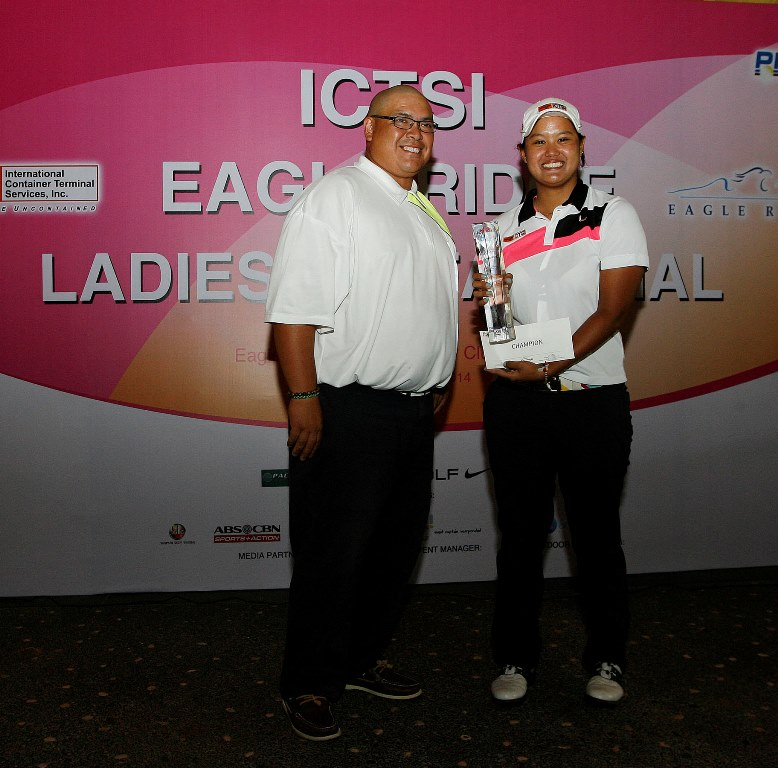 Cyna Rodriguez receives her trophy and prize from Eagle Ridge Golf and Country Club general manager Raymond Bunquin after completing her five-stroke victory in the ICTSI Eagle Ridge Ladies Invitational.