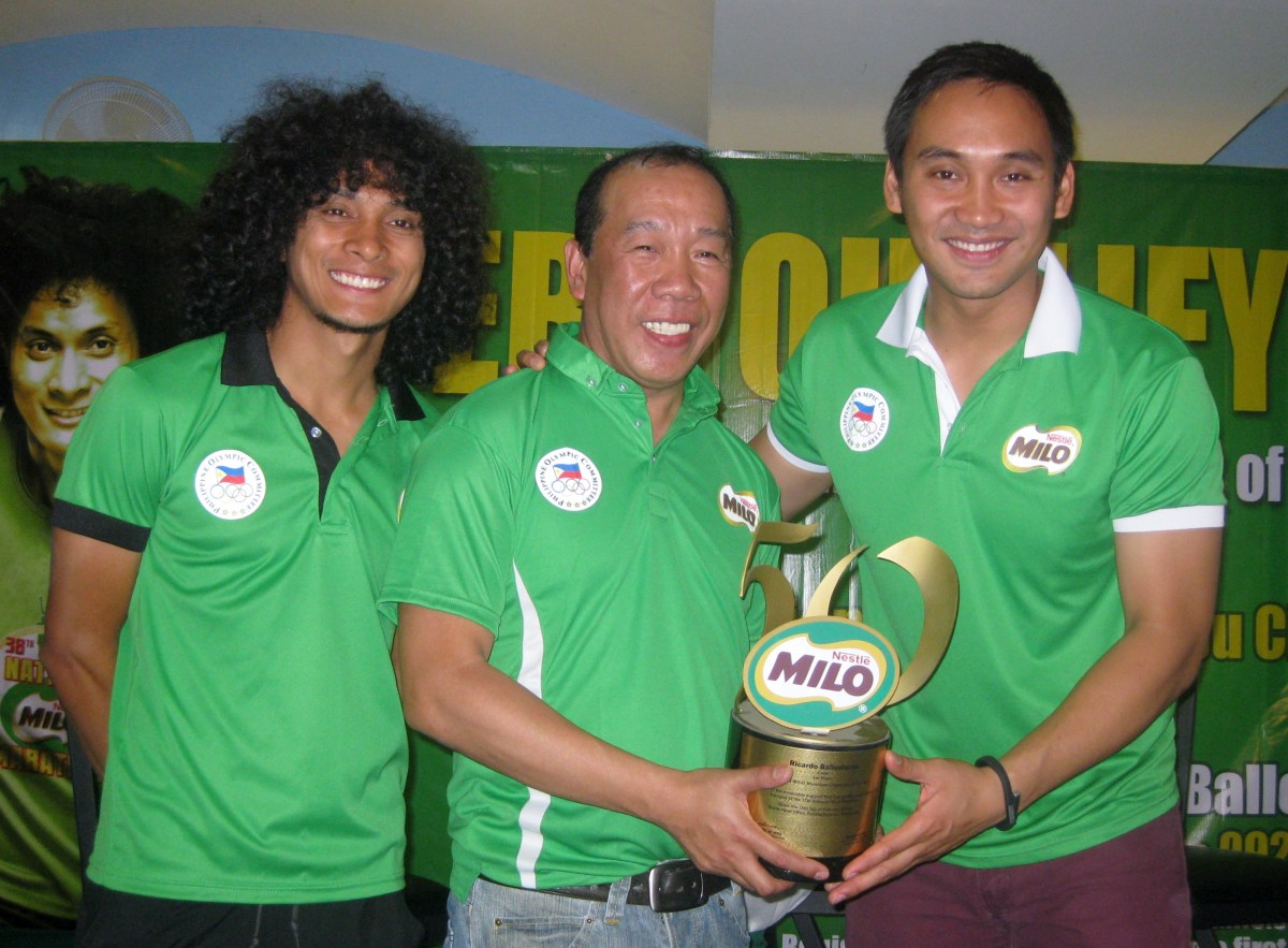 Ricky Ballesteros, the head of the organizing committee of the Cebu Eliminations of the National Milo Marathon, holds the trophy for being the Best Organized Race in last year's Milo Marathon. With him are national race director Rio dela Cruz (left) and Milo Sports Executive Andrew Neri.