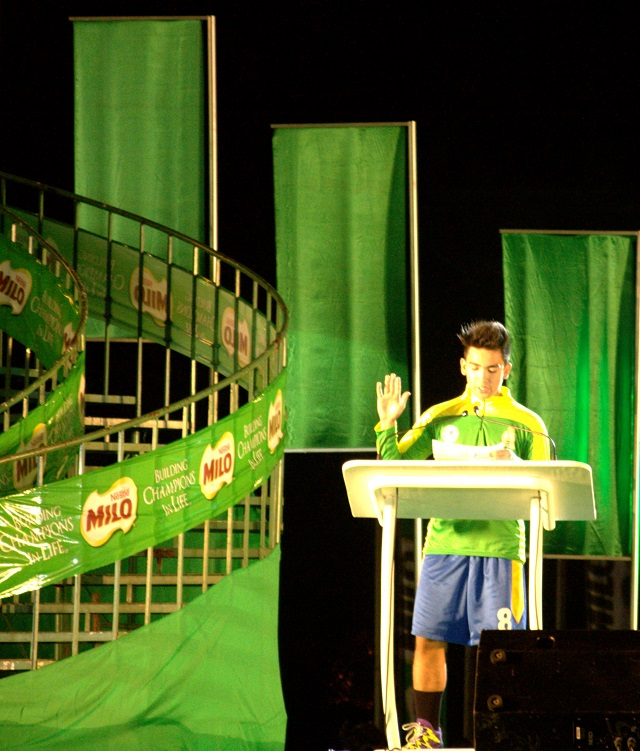 An athlete from NCR leads the oath of sportsmanship.