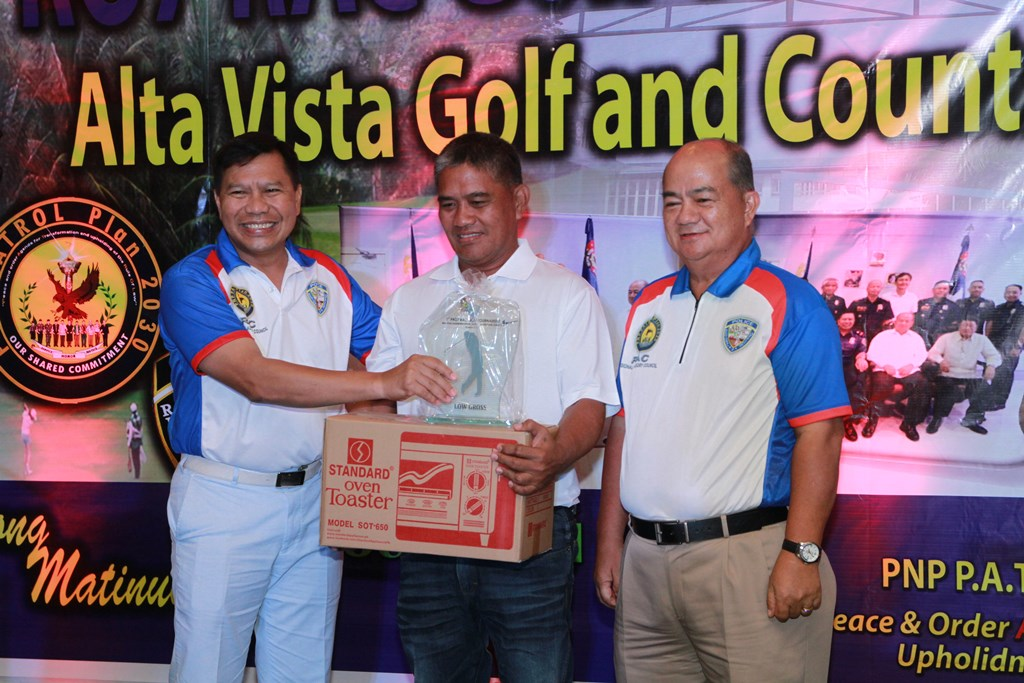 Pio Barandog (center) receives his prizes from CSupt Prudencio Tom Bañas (left) and Prudencio Gesta, chairman of the RAC.