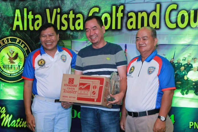 Nelson Yuvallos, winner of the loest net is flanked by CSupt Prudencio Tom Bañas and RAC chairman Prudencio Gesta.