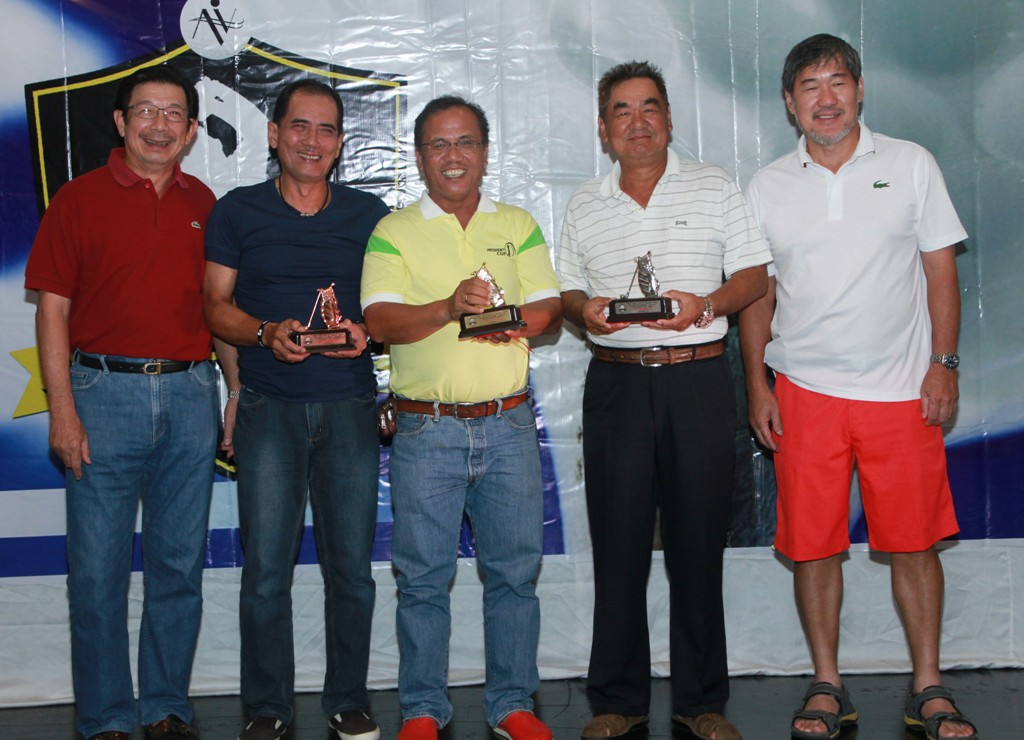 Club Directors Vicente Go (left) and Ramon Sebastian (right) awarded the trophies to the class A winners.  They are (from left) 2nd runner-up Wendell Yap represented by Roy Damole, champion Marlo Cugtas, and 1st runner-up Jufil Sato represented by Masahisa Kawakami.