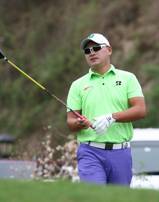 Que sizzles with 66, ties Tabuena at helm