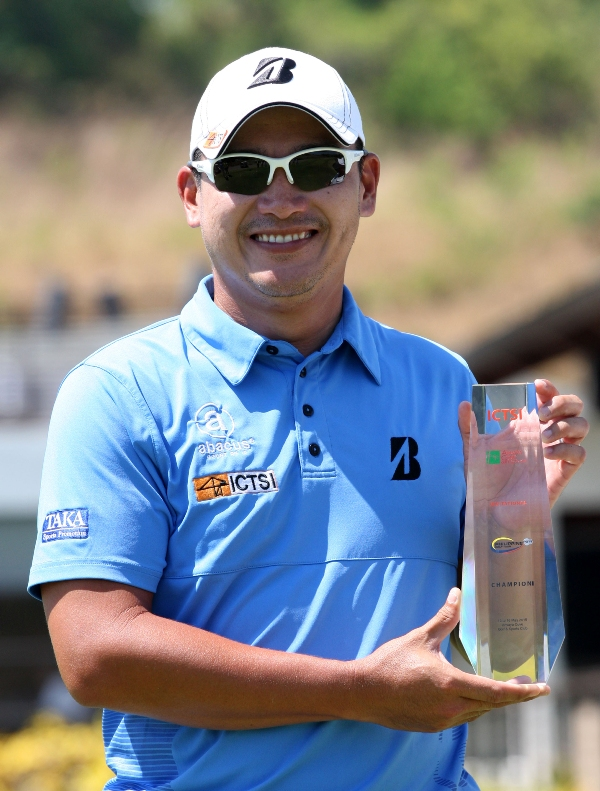 Angelo Que beams as he holds his trophy after copping the inaugural ICTSI Anvaya Cove Invitational crown with a closing course-record 64 at Anvaya Cove in Morong, Bataan for a three-shot win over Tony Lascuña.