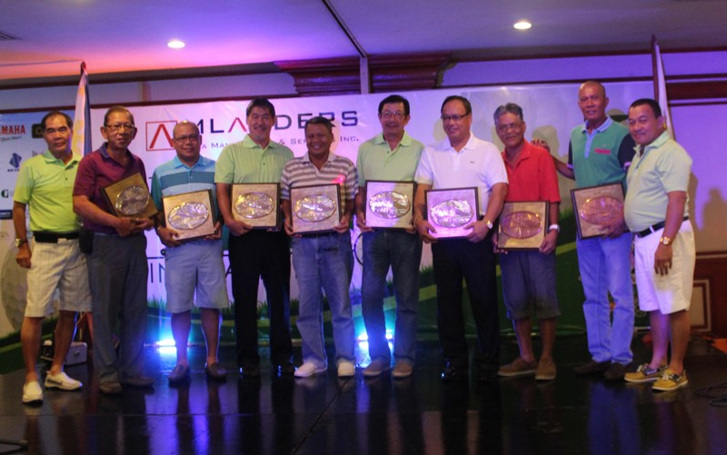The seniors' division winners received their prizes from Alvin Lim and Dondon Arquiza.  The winners are (from left) first runner-up Tetu Santos represented by Stewart Go anb Loloy Sabuiga, lowest gross Ramon Sebastian and Pal Lomondaya, lowest net Inting Go and Danny Cuneta, and 2nd runner-up Lando Alberto and Boboy Arevalo.