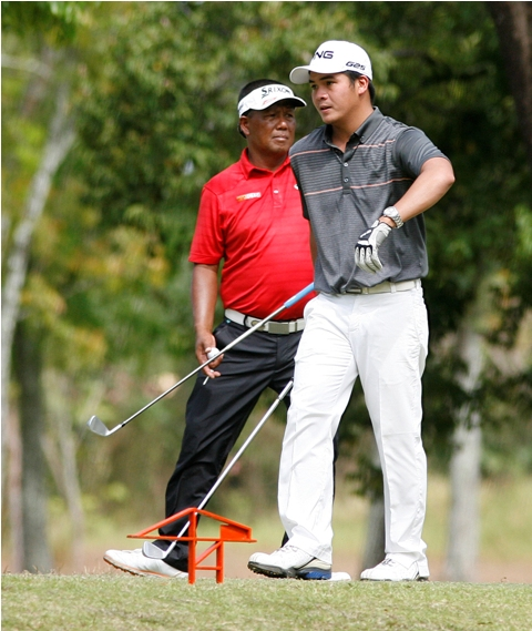 Justin Quiban (right) takes his turn on the eighth mound ahead of Tony Lascuña with the duo bracing for a shootout in today's final round.