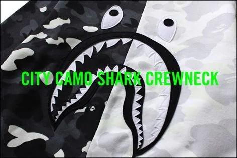 A BATHING APEからブラックとホワイトのCITY CAMOで二等分しシャークモチーフが配した「CITY CAMO SHARK CREWNECK」が4/16発売!(エイプ)