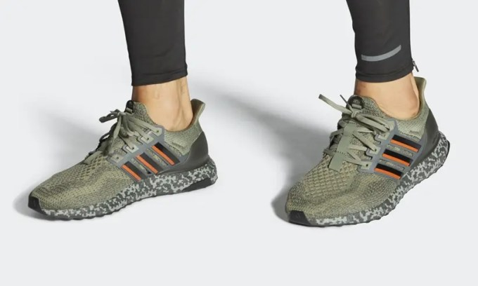 "BOOST ソールにピクセルカモを配置した adidas ULTRA BOOST DNA ""Raw Desert/Legacy Green""  (アディダス ウルトラ ブースト DNA) [H68067,H68068]"