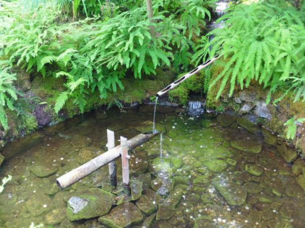 A bamboo teeter totter that fills with water and dumps, rocking back and forth.