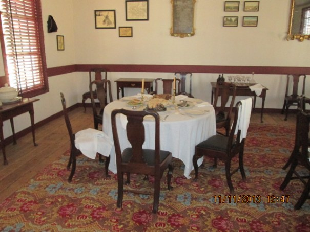 Big rug, linen table cloths, nice dining area.