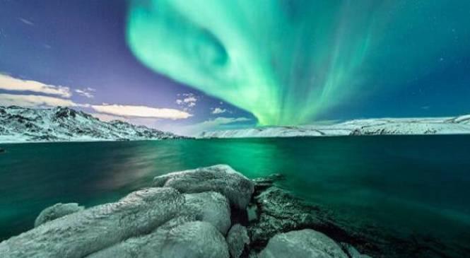 Το Ρέικιαβικ έσβησε τα φώτα του για να πλημμυρίσει με τα εκπληκτικά χρώματα του «Βόρειο Σέλας»