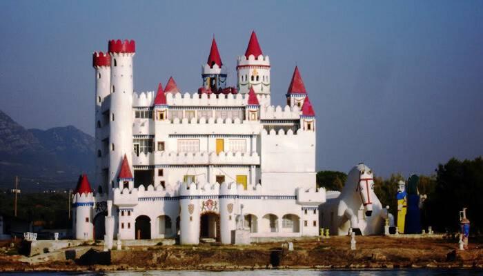 Το ξεχασμένο «Κάστρο των Παραμυθιών» στην Πελοπόννησο που θυμίζει Ντίσνεϋλαντ