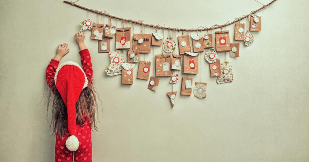 Nena amb decorat de nadal
