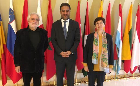 Le président de la FACM, Vicent Garcés, avec le secrétaire général de l'UpM, Fathallah Sijilmassi et la responsable de la société civile, Laurence Païs au siège de l'UpM à Barcelone.